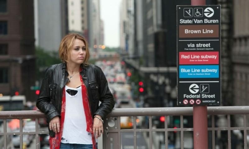 LOL - Pazza del mio migliore amico: Miley Cyrus in giro per la città in una scena