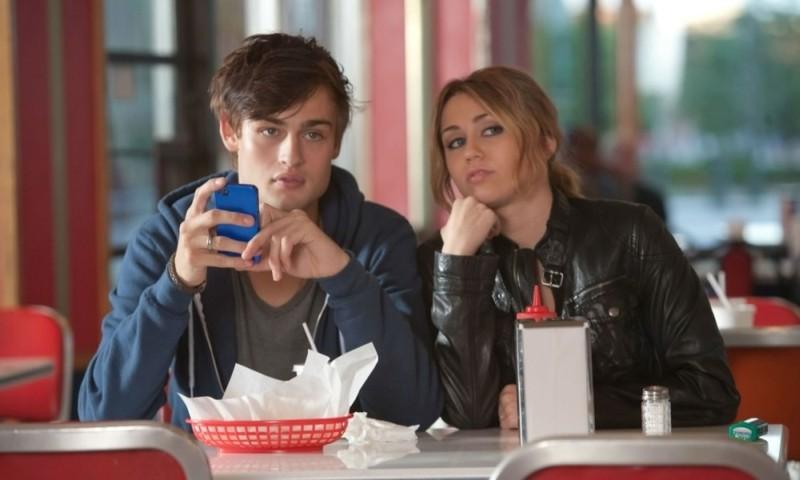 LOL - Pazza del mio migliore amico: Miley Cyrus insieme a Douglas Booth in una scena