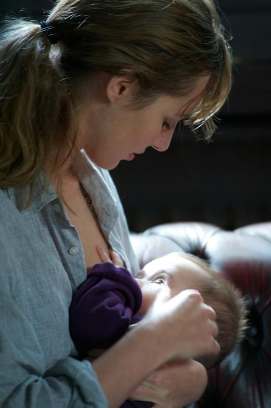 Louise Bourgoin allatta il suo bambino in una scena di Travolti dalla cicogna