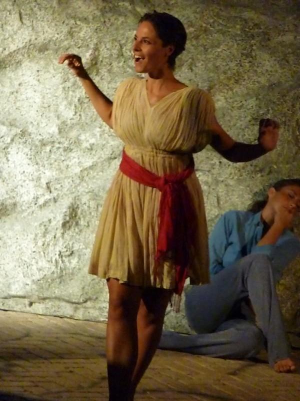 PAESTUM/TEMPLI/ Festival Il Racconto delle Pietre 2011/ LORENZA CAROLEO con STEFANIA BIFFANI /in una scena di Upupa My Dream is My Rebel King regia di ANTONIO ORFANO'