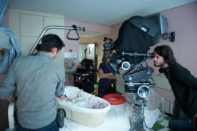 Travolti dalla cicogna: il regista Rémi Bezançon sul set del film sistema l'inquadratura