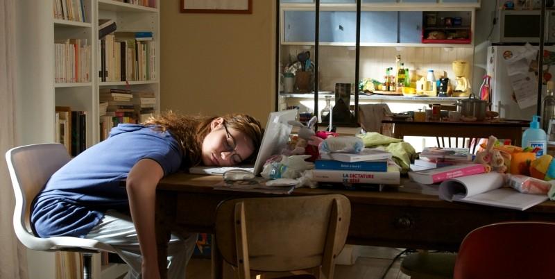 Travolti dalla cicogna: Louise Bourgoin addormentata sul computer dopo una notte insonne