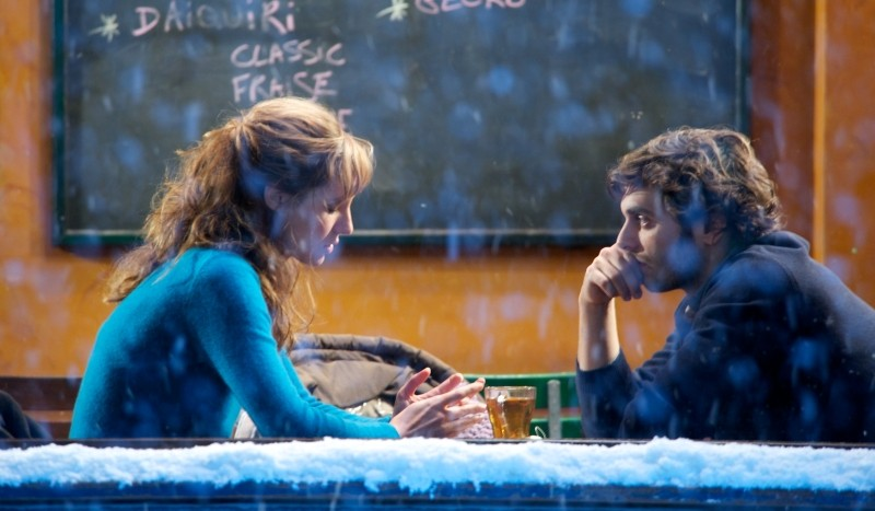 Travolti dalla cicogna: Louise Bourgoin e Pio Marmaï parlano in un locale mentre fuori nevica