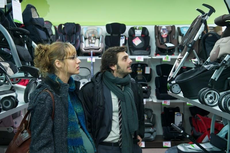 Travolti dalla cicogna: Louise Bourgoin e Pio Marmaï scelgono il passeggino in una scena