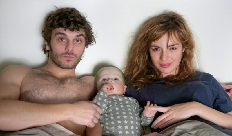 Travolti dalla cicogna: Louise Bourgoin, Pio Marmaï col loro bambino in un'immagine promozionale del film