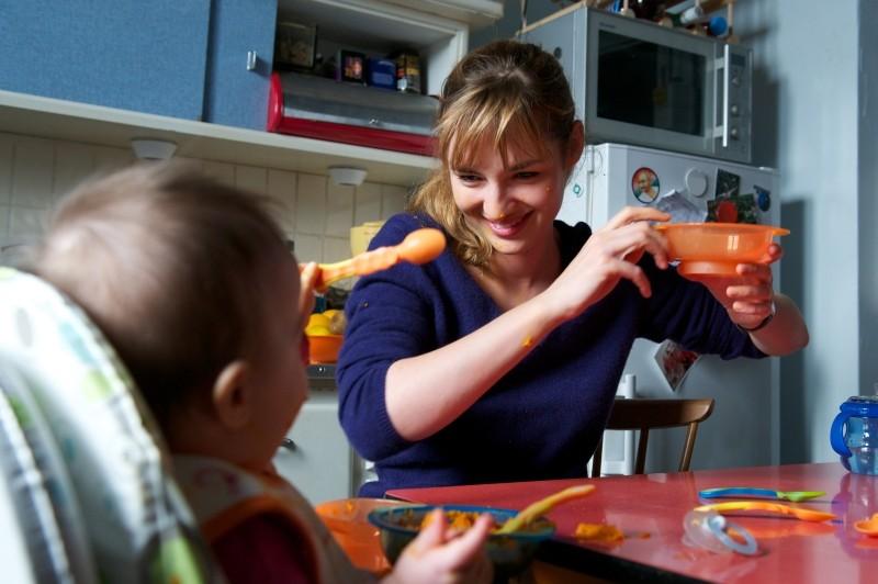 Travolti dalla cicogna: Louise Bourgoin sorride al suo piccolo in una tenera scena del film