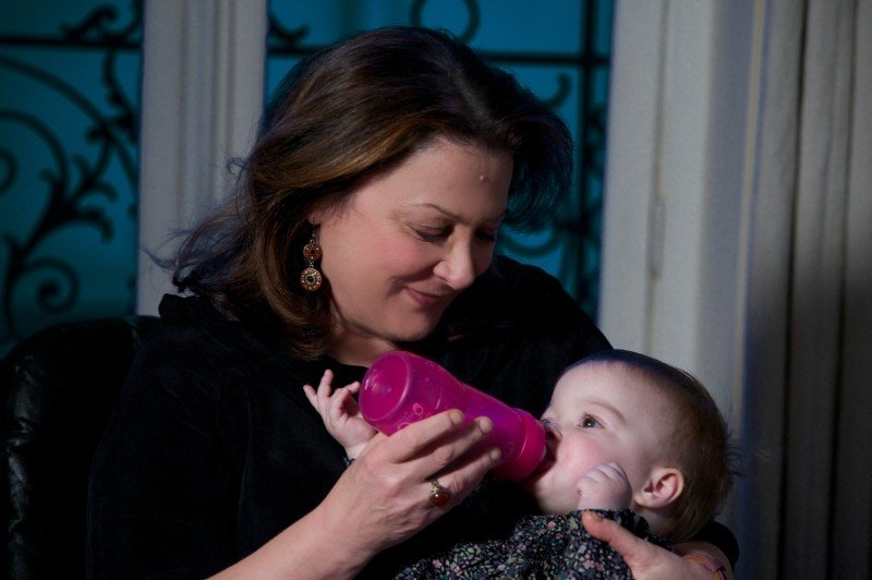 Travolti dalla cicogna: 'nonna' Josiane Balasko in una tenera scena del film