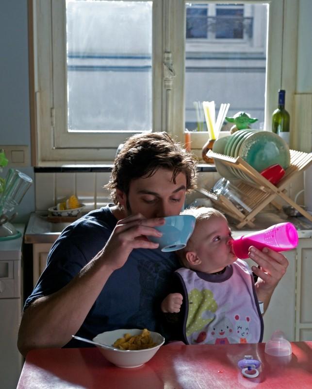 Travolti dalla cicogna: Pio Marmaï fa colazione insieme al piccolo in una curiosa scena del film