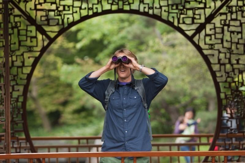 Un anno da leoni: Owen Wilson con il suo inseparabile binocolo in una scena del film