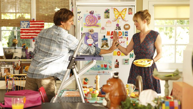 Ben & Kate: Nat Faxon e Dakota Johnson in una scena della serie