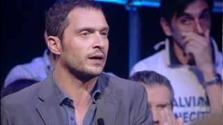 Claudio Santamaria durante un intervento a Servizio Pubblico