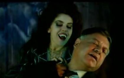 La sensuale Contessina Oniria sta per avventarsi sul povero Giandomenico Fracchia in Fracchia contro Dracula (nella foto Paolo Villaggio e Ania Pieroni)