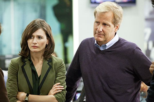 The Newsroom: Jeff Daniels e Emily Mortimer in una scena dell'episodio 'We Just Decided To'