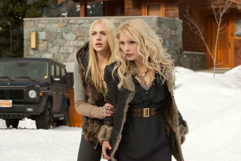 Casey Labow e Myanna Buring in una scena di Twilight Saga: Breaking Dawn - Parte 2
