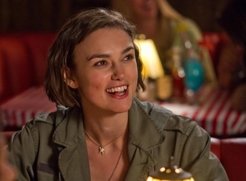 Cercasi amore per la fine del mondo: Keira Knightley sorridente in una scena del film