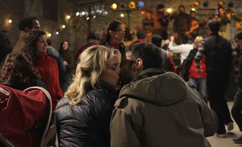 El Campo: Leonardo Sbaraglia bacia Dolores Fonzi in una scena del film