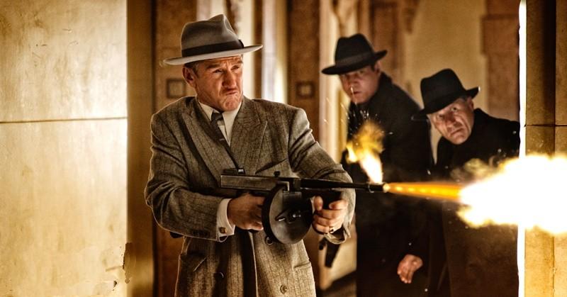 Sean Penn in azione col suo mitra in una scena di The Gangster Squad