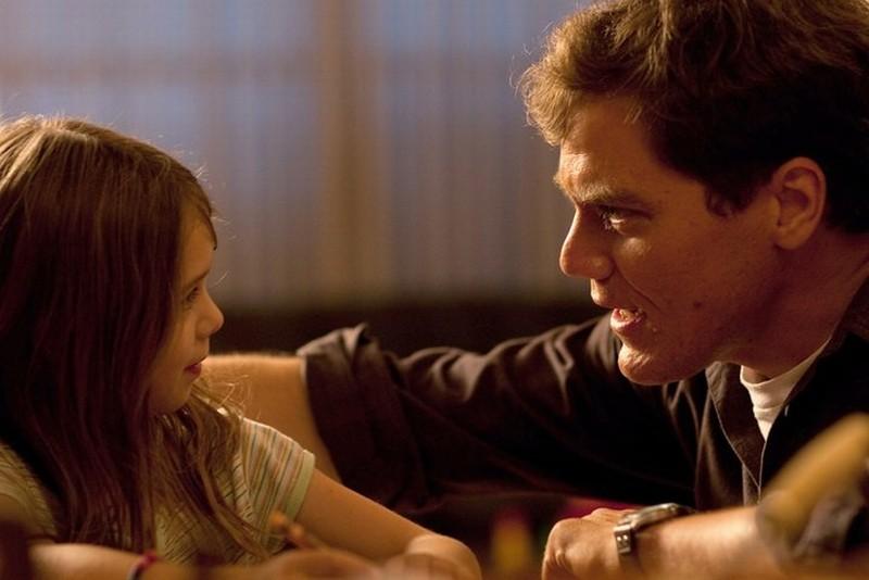 Take Shelter: il protagonista Michael Shannon in una scena del film con la piccola Tova Stewart