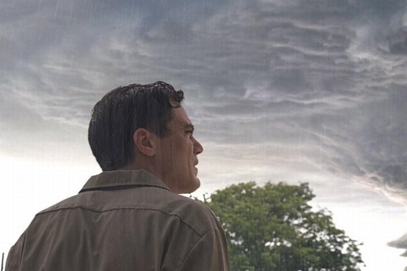 Take Shelter: Michael Shannon sotto la pioggia in una suggestiva immagine tratta dal film