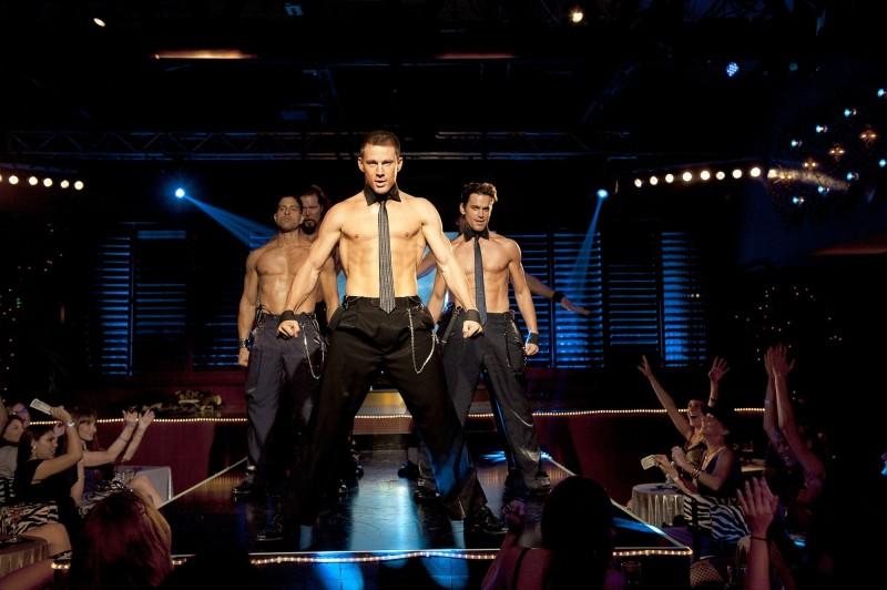 Channing Tatum (al centro) durante uno spogliarello in una scena di Magic Mike