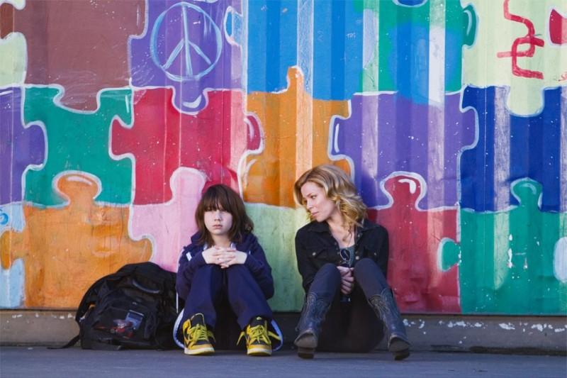 Michael Hall D'Addario ed Elizabeth Banks in People Like Us