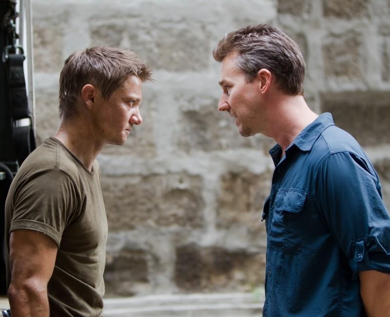 The Bourne Legacy: Jeremy Renner ed Edward Norton in una scena del film