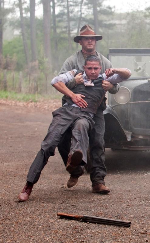Tom Hardy trascina via uno Shia LaBeouf ferito in una scena di Lawless