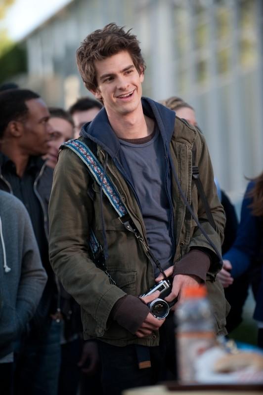 Andrew Garfield in abiti 'normali' in una scena di The Amazing Spider-Man