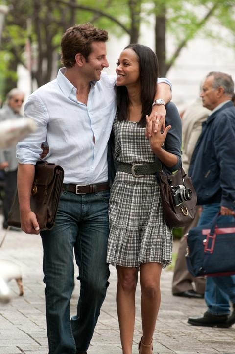 Bradley Cooper e Zoe Saldana passeggiano abbracciati in The Words