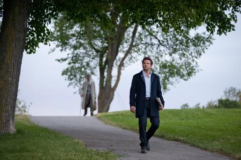 Bradley Cooper passeggia nel parco in una scena di The Words