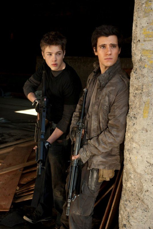 Falling Skies: Connor Jessup e Drew Roy nell'episodio Young Bloods
