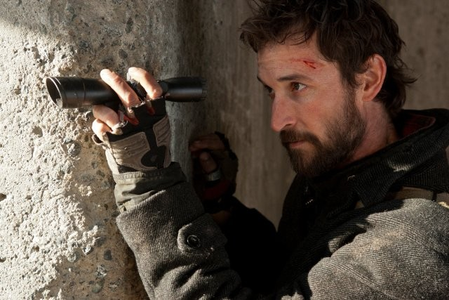Falling Skies: Noah Wyle in una scena dell'episodio Young Bloods