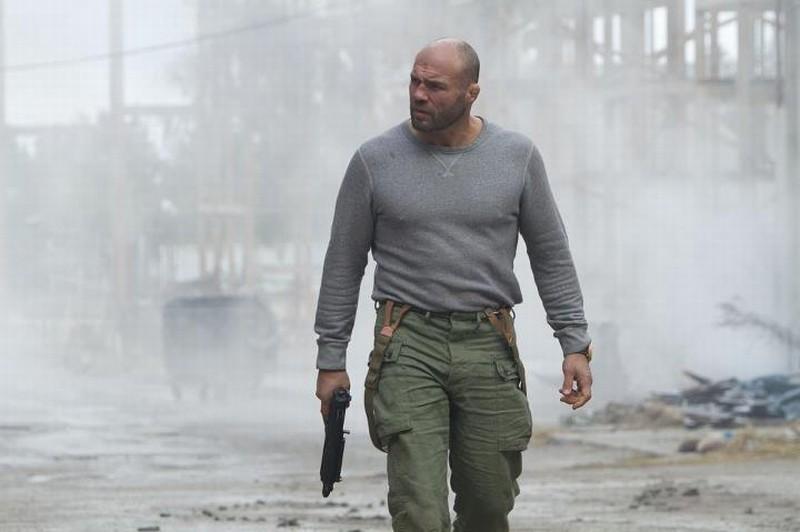 I mercenari 2: Randy Couture è Toll Road in una scena del film