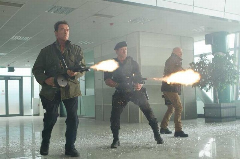 I mercenari 2: Sylvester Stallone con Arnold Schwarzenegger e Bruce Willis in una scena 'infuocata'
