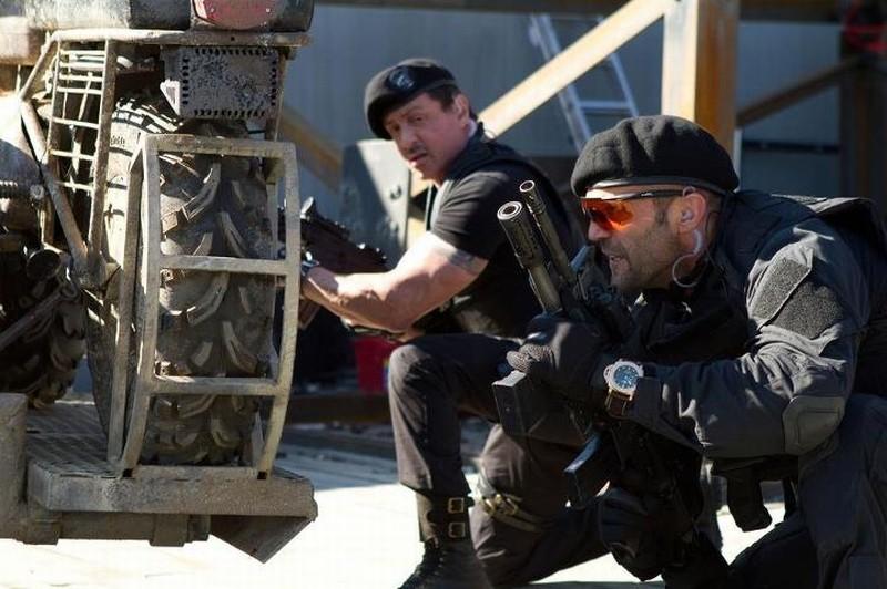 I mercenari 2: Sylvester Stallone e Jason Statham in una scena d'azione del film