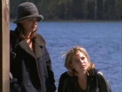 Katie Holmes e Michelle Williams nell'episodio L'isola delle streghe della serie Dawson's Creek