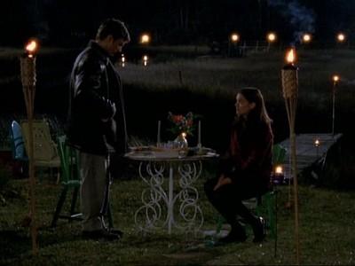 Kerr Smith e Katie Holmes in un momento dell'episodio Essere o non Essere (2) della serie Dawson's Creek