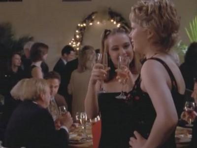 Michelle Williams in un momento dell'episodio Un matrimonio perfetto della serie Dawson's Creek