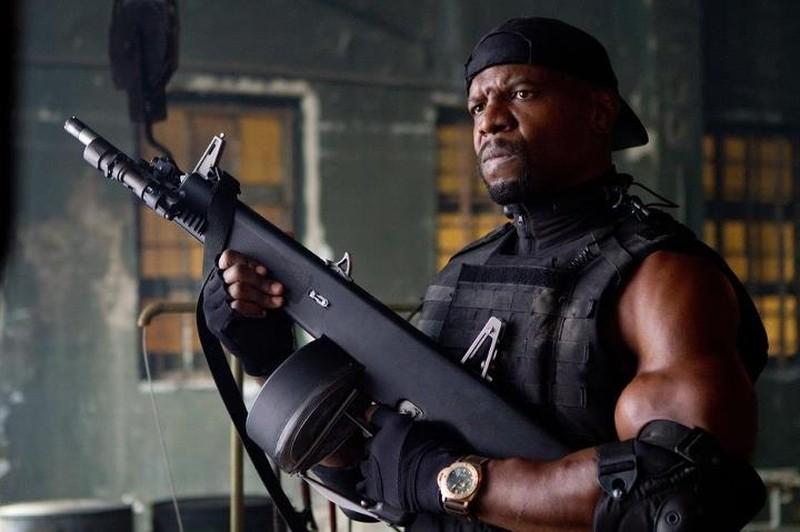 Terry Crews armato fino ai denti in una scena de I mercenari 2