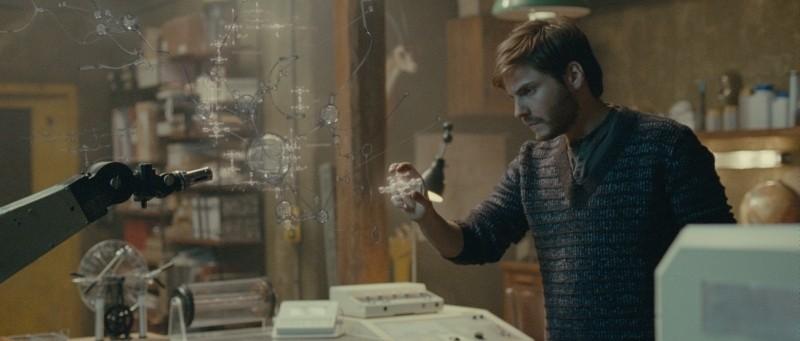 Eva: Daniel Brühl in una scena del film mentre manipola il dna