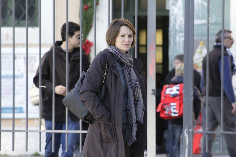 Gli equilibristi: Barbora Bobulova davanti alla scuola in una scena del film