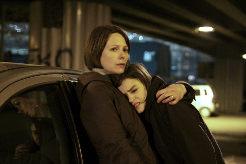Gli equilibristi: Barbora Bobulova e Rosabell Laurenti Sellers sono madre e figlia in una scena