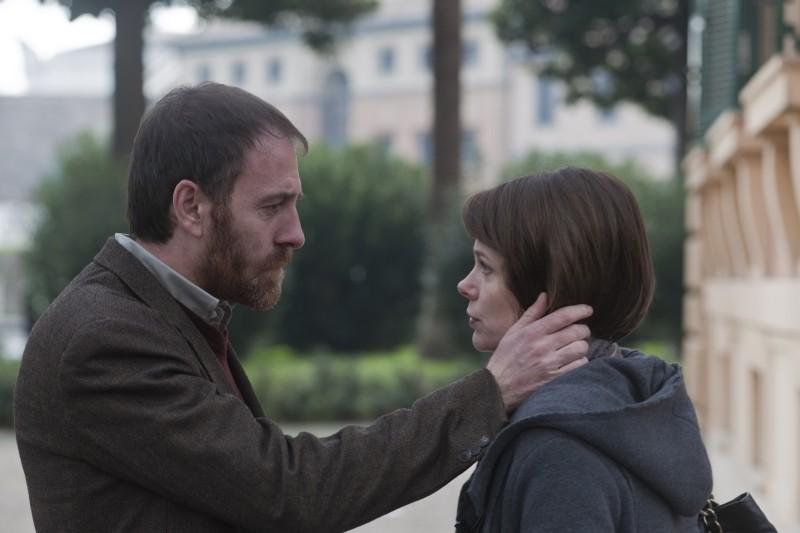 Gli equilibristi: una tenera immagine di Valerio Mastandrea e Barbora Bobulova tratta dal film