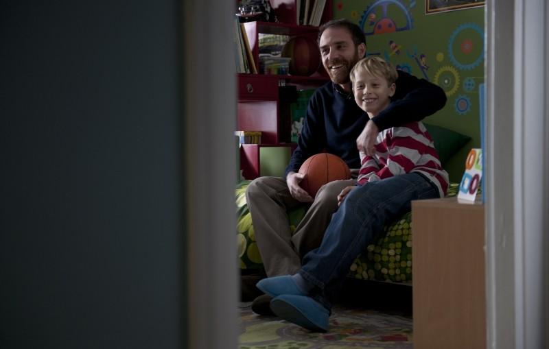 Gli equilibristi: Valerio Mastandrea col piccolo Lupo De Matteo, padre e figlio nel film, in una scena