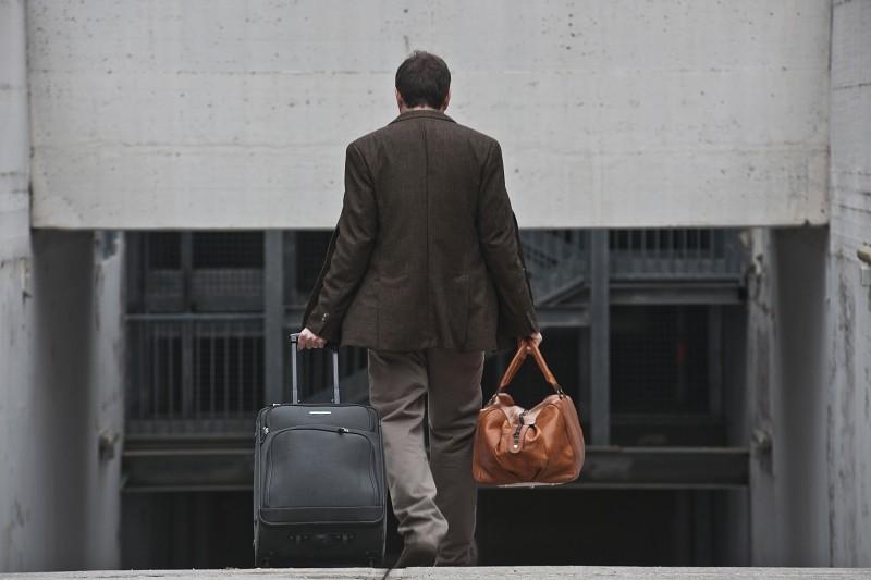 Gli equilibristi: Valerio Mastandrea (di spalle) mentre va via di casa in una scena del film