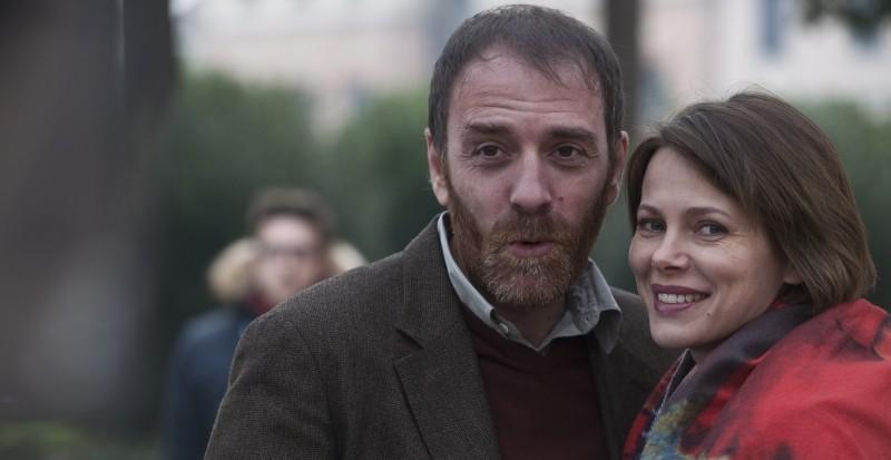 Gli equilibristi: Valerio Mastandrea e Barbora Bobulova sorridono sul set del film