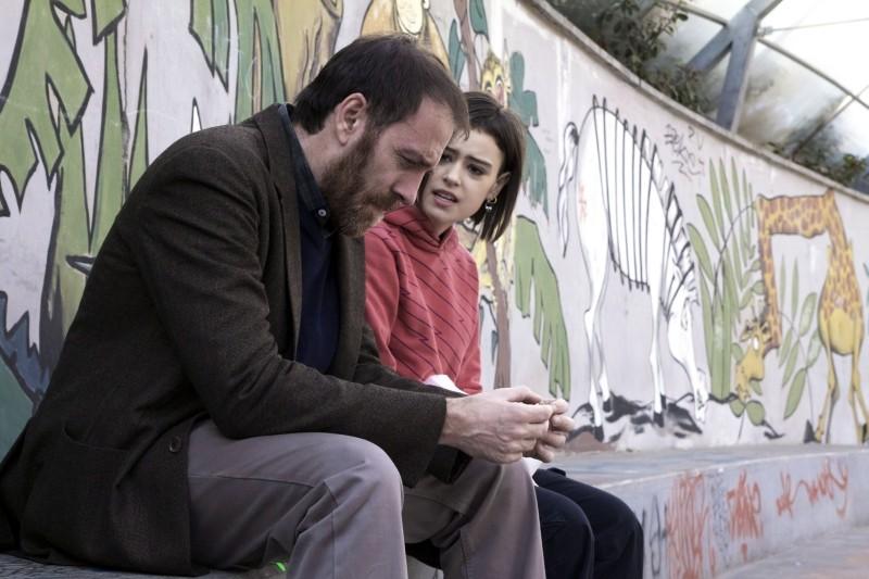 Gli equilibristi: Valerio Mastandrea e Rosabell Laurenti Sellers sono padre e figlia in una scena