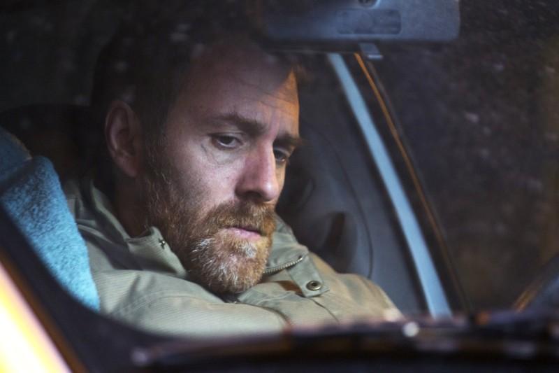 Gli equilibristi: Valerio Mastandrea in solitudine nella sua auto in una scena del film