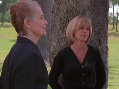 Mary Beth Peil e Mary-Margaret Humes nell'episodio Sensi di colpa della serie Dawson's Creek