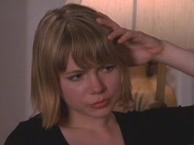 Michelle Williams in una scena dell'episodi Ognuno per la sua strada della serie Dawson's Creek
